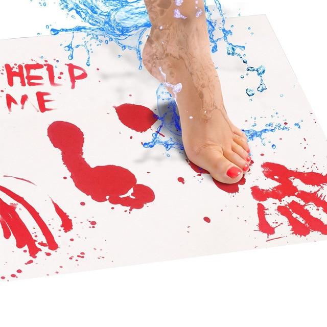 «кровавый» коврик с красочными отпечатками ног